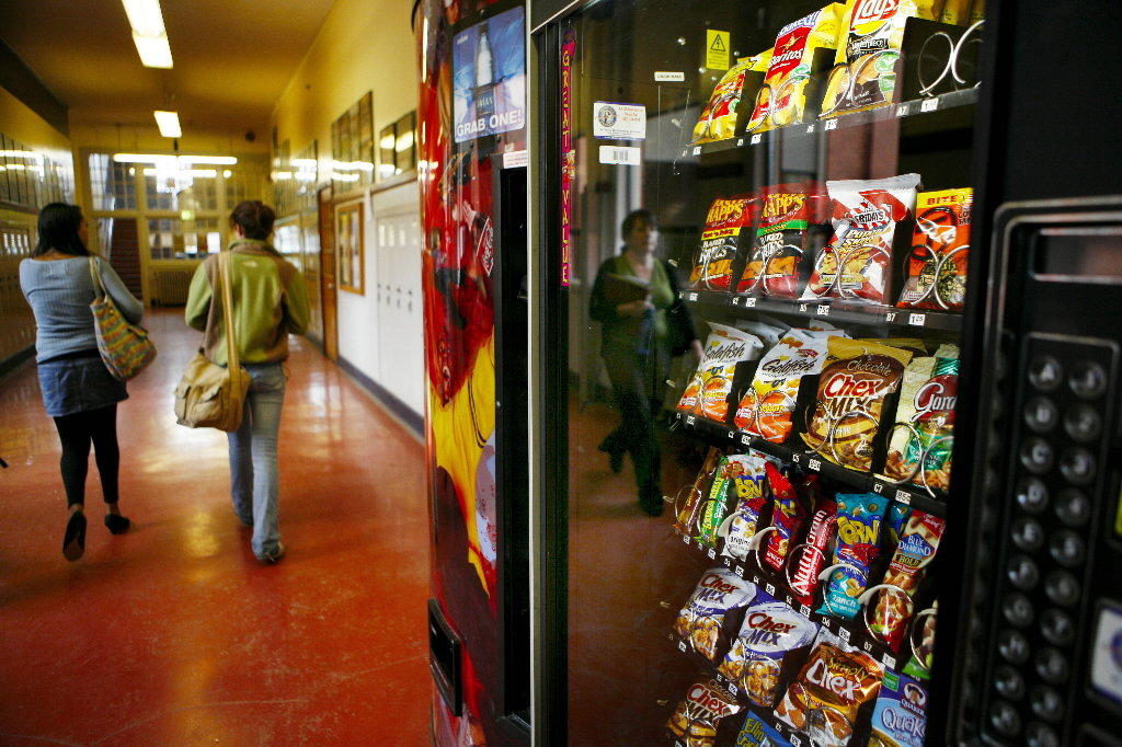 should vending machines be allowed in schools The researchers found that 23 percent of the students with access to vending machines in their schools drank at least one soda a day yet, 28 percent of high school students without vending machines drank at least one soda a day.